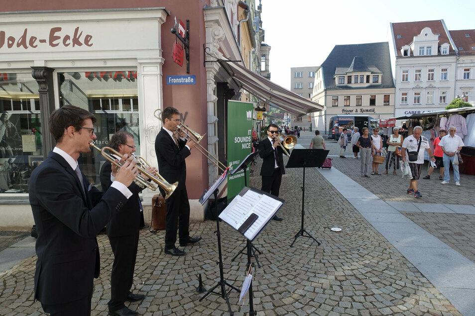 Das Bläserquartett der Mittelsächsischen Philharmonie hat auf dem Döbelner Wochenmarkt musiziert.