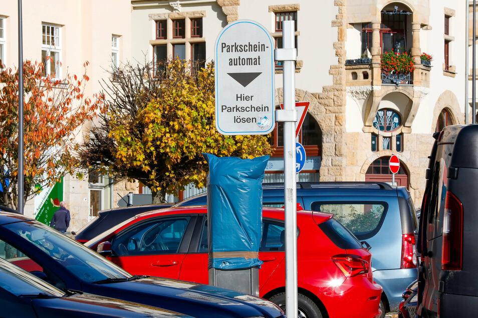 Die Parkautomaten in Löbau sind verhüllt. Bis Jahresende ist das Parken in der Innenstadt kostenfrei.