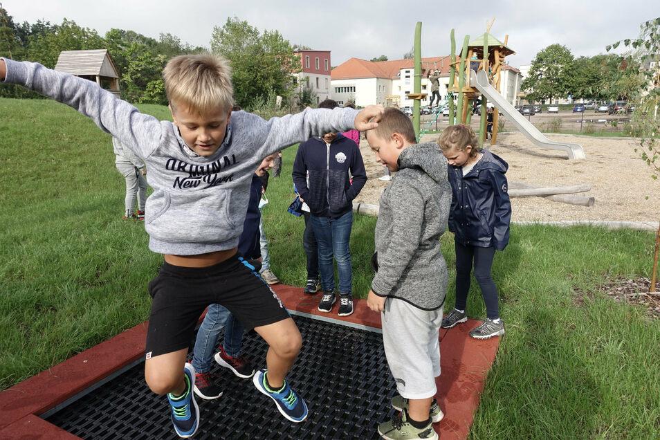 Mit Begeisterung haben die Mädchen und Jungen der Kunzemannschule ihren neuen Pausenhof in Betrieb genommen. Zuerst waren die vierten Klassen dran. Das versenkte Trampolin macht Laune.