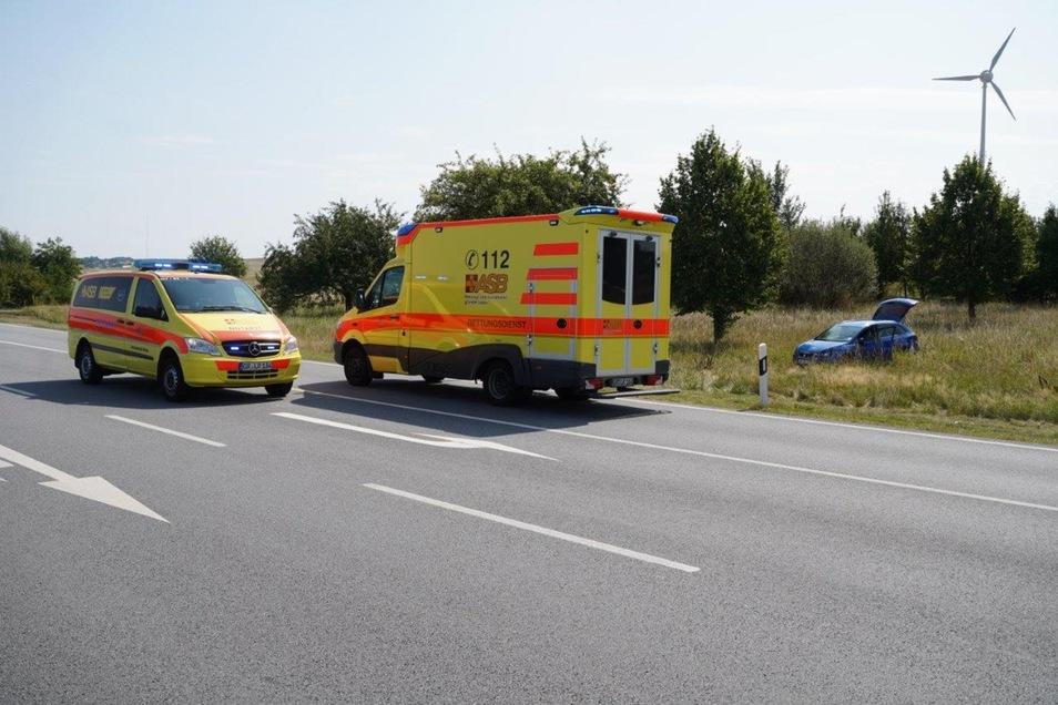 Die Unfallstelle an der B6. Der Seat mit der Frau und zwei Kindern kam durch den Aufprall von der Straße ab.