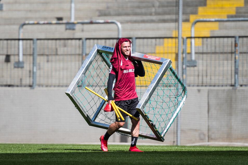 Ab dem 8. April trainierten Dynamos Zweitliga-Profis wie Sascha Horvath in kleinen Gruppe zu je drei Spielern im Rudolf-Harbig-Stadion. Doch seit vorigem Donnerstag gab es zwei Übungseinheiten als Mannschaft und mit Vollkontakt. Danach wurden zwei Spieler