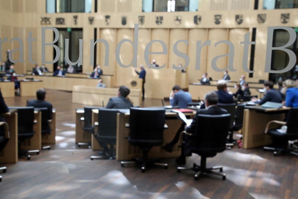 Der Bundesrat hat die Neuregelung des Infektionsschutzgesetzes gebilligt.