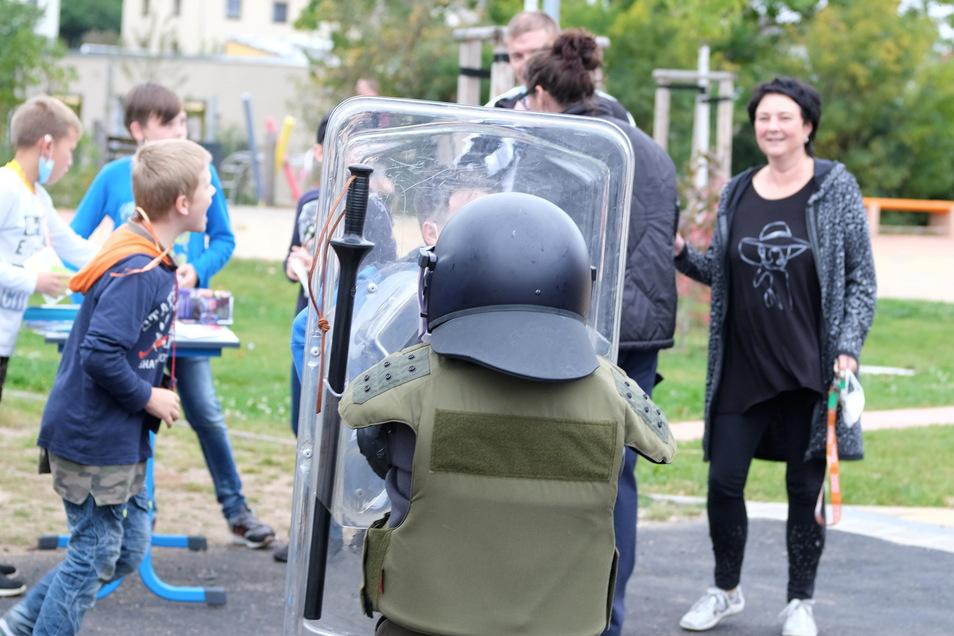 Beim Sommerfest in der Schule zur Lernförderung gab die Polizei Meißen einen Einblick in ihre Arbeit.