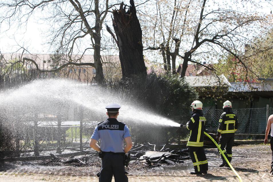 Im Grundstück der früheren SBS Sächsische Begegnungsstätte löscht die Feuerwehr.