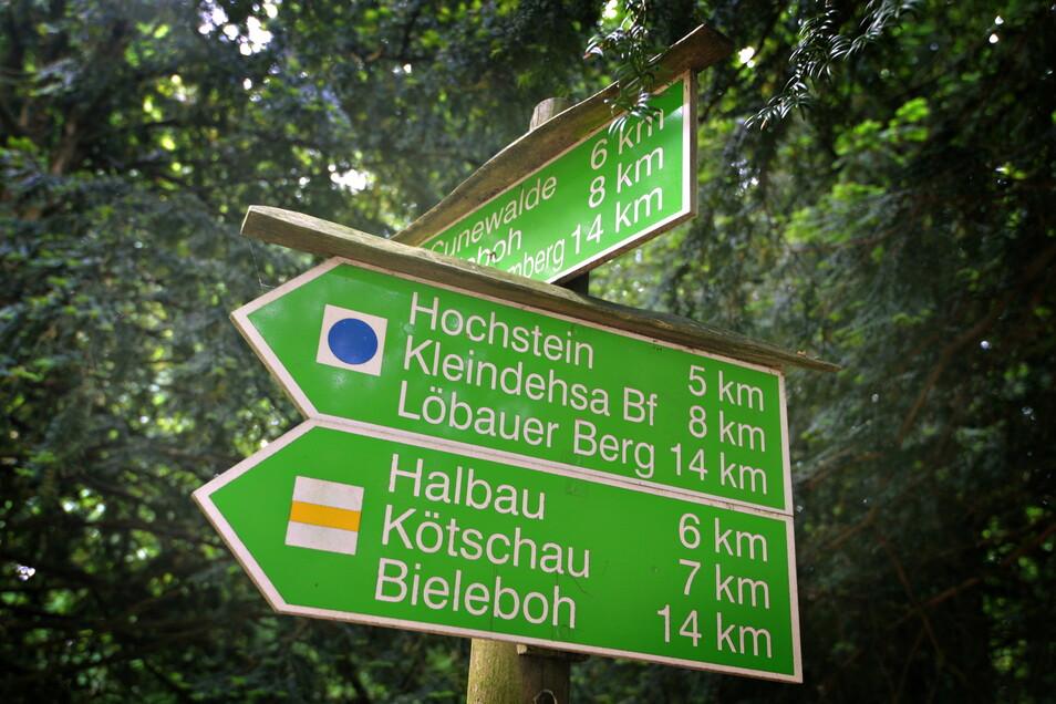 Wanderwegweiser auf dem Czorneboh sind vor allem für Ortsfremde eine gute Hilfe.