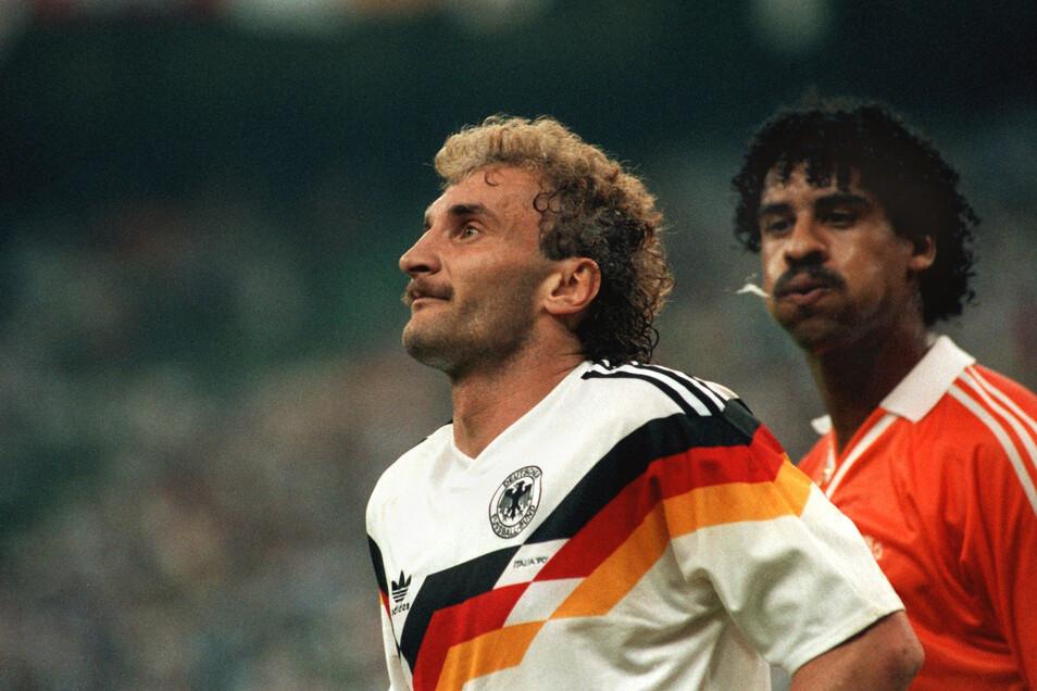24.06.1990 in Mailand: Der Niederländer Frank Rijkaard (r) bespuckt Rudi Völler im Mailänder Meazza-Stadion beim WM-Spiel Holland gegen Deutschland, nachdem sie nach einem Foulspiel gemeinsam vom Platz gestellt wurden.