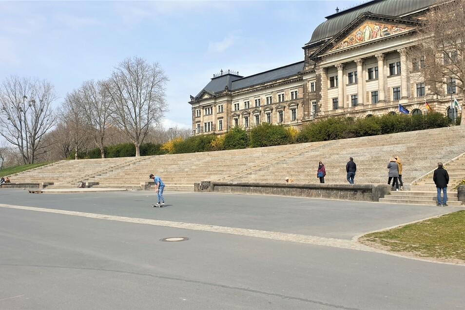 Das Riesen-Graffiti ist weg. An den Steinen kann man aber noch sehen, wo sich die Farbe befand.