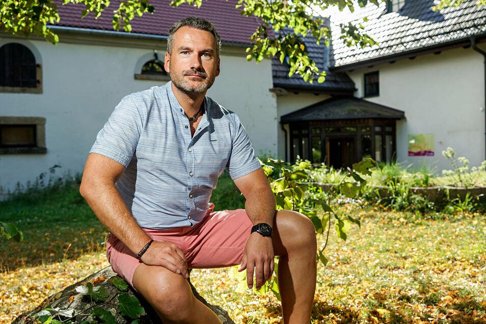 Thomas Wiechert vor der Wichtelpension am Jugendhaus Neukirch. Der 46-Jährige möchte den Kinder- und Jugendtourismus in der gesamten Region unterstützen.