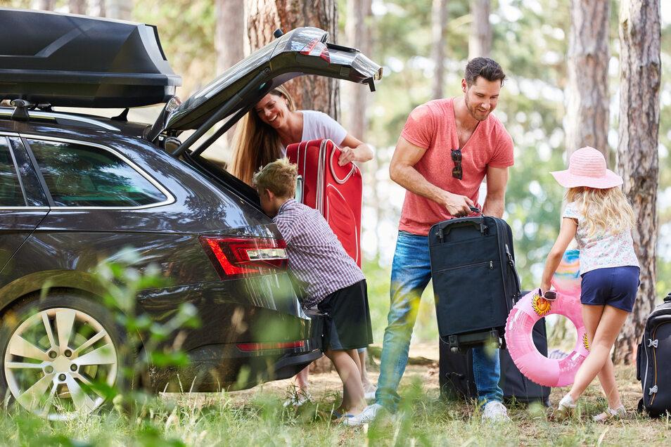Das Urlaubsgepäck für die ganze Familie im Auto zu verstauen, ist oft eine Herausforderung.