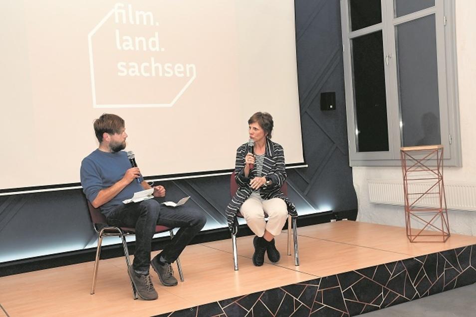 Stephan Kaasche, Naturführer und Wolfsexperte, moderiert die einführenden Worte der Regisseurin Grit Lemke im Saal der Telux.