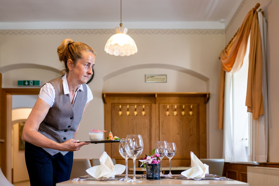 """Seit dem 10. Juni dürfen die Gäste auch wieder innen bewirtet werden wie hier von Silke Haufe im Landhotel """"Zum Erbgericht"""" in Heeselicht."""