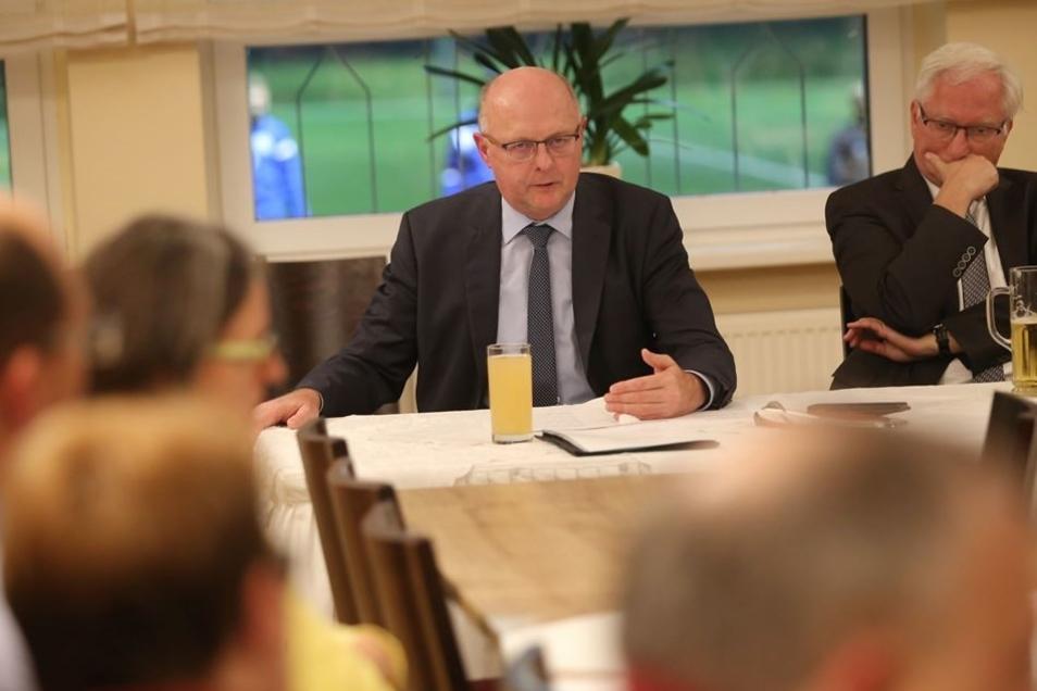 Innenstaatssekretär Günther Schneider (li.) stand in Radeberg Rede und Antwort. Organisiert hatte das Forum Frank-Peter Wieth, Chef des Radeberger CDU-Stadtverbandes.