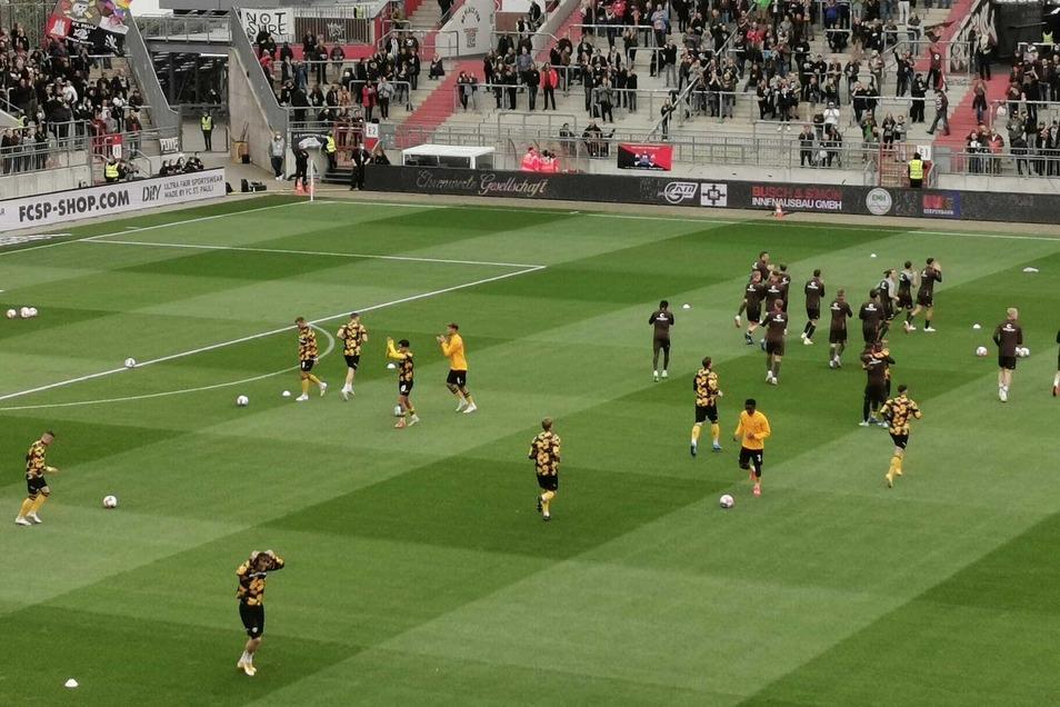 Die Mannschaften macht sich warm und danken den Fans für ihr Kommen.