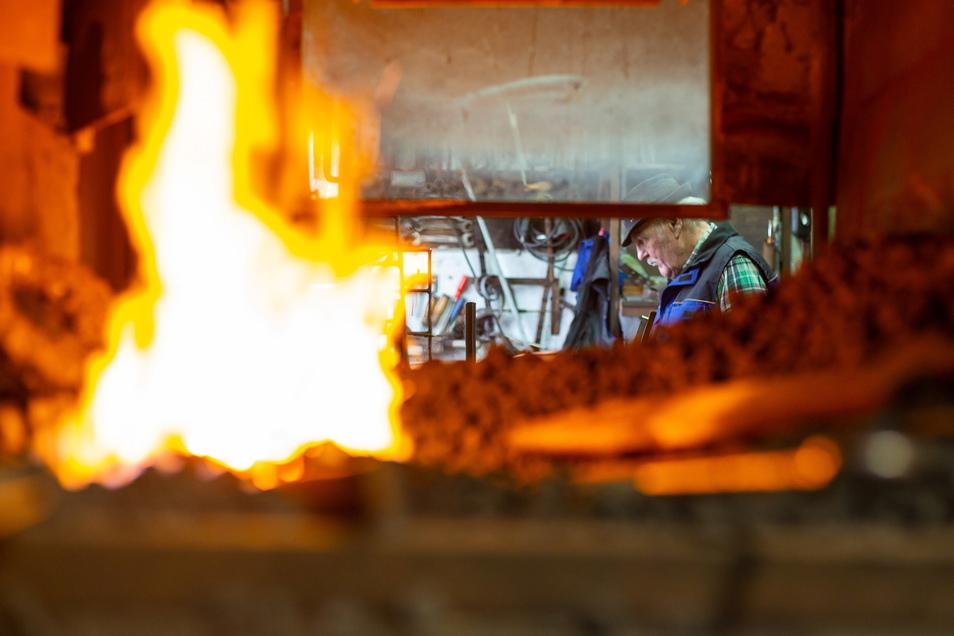 Heiße Rarität: Es gibt 179 Metallbaubetriebe im Landkreis. Ein Schmiedefeuer wie in Karsdorf findet man nur noch selten.