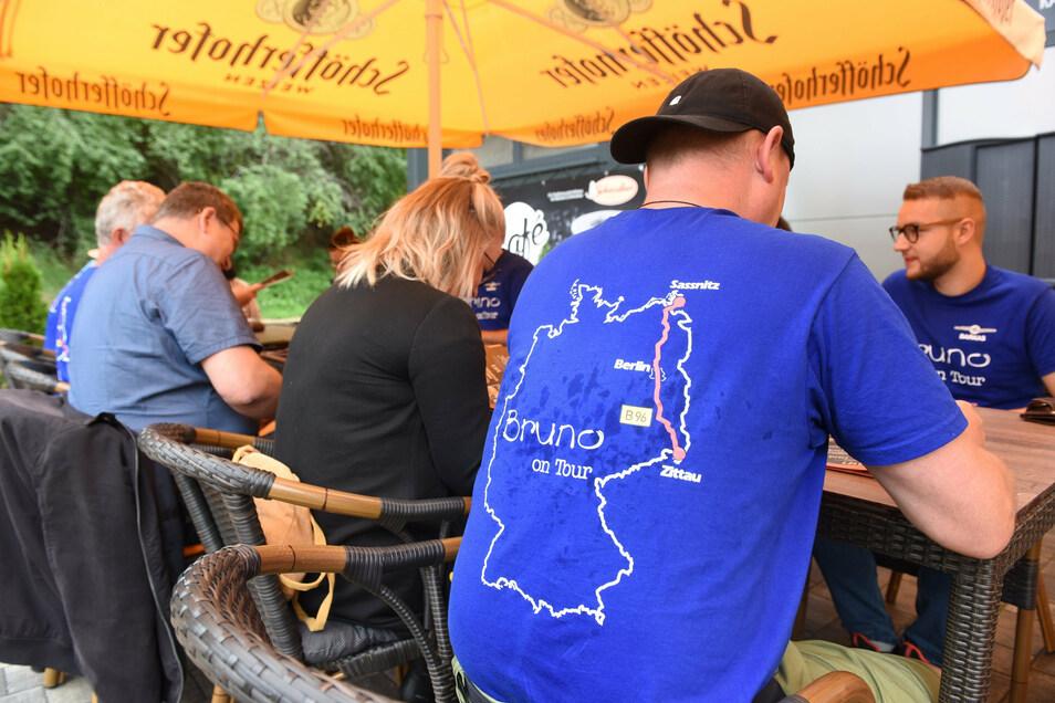 Abschiedsfrühstück beim Café Schwerdtner in Zittau. Für ihre B96-Tour haben sich die Oberseifersdorfer extra T-Shirts bedrucken lassen.