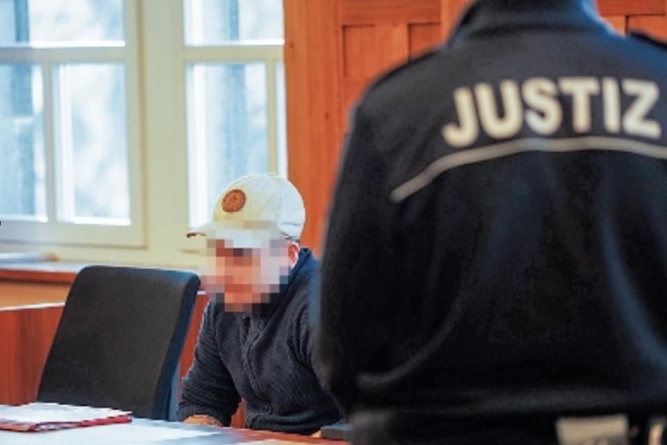 Die Staatsanwaltschaft wirft dem 21-Jährigen schweren räuberischen Diebstahl, Widerstand gegen Vollstreckungsbeamte und zwei Körperverletzungen vor.