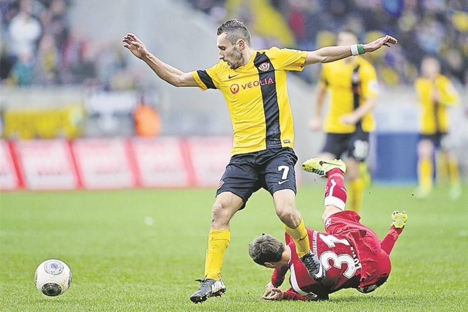 Nicht zu stoppen: Im Laufduell mit Idir Ouali (l.) bleibt auch der Lauterer Chris Löw auf der Strecke. Mit einem starken Temposolo und einer präzisen Eingabe bereitet Dynamos Mittelfelddribbler das 1:0 durch Tobias Kempe vor.