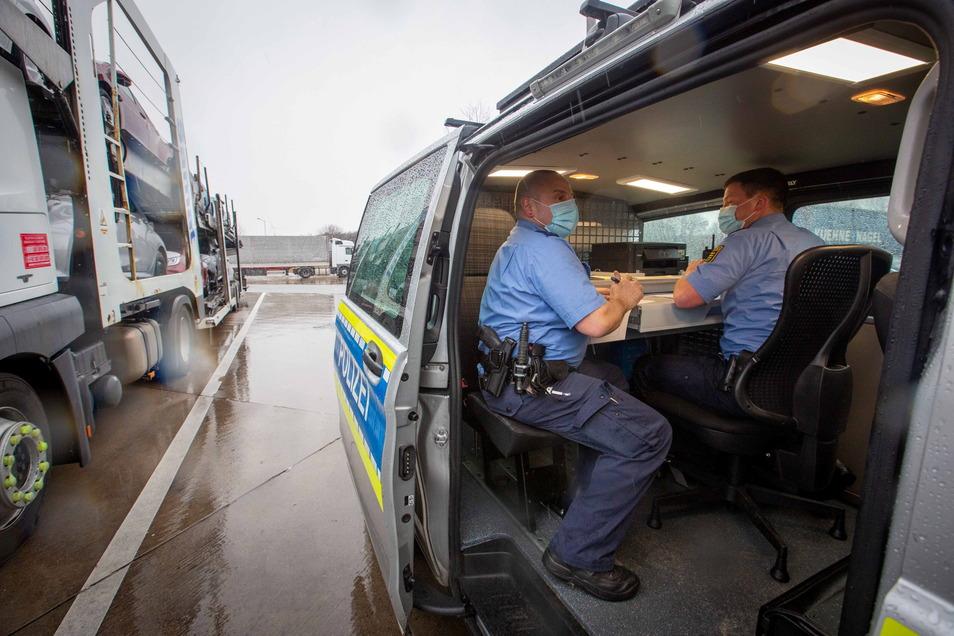 Polizeikommissar Thomas Pietsch und Polizeihauptmeister Norman Herrmann in ihrem rollenden Polizeibüro.