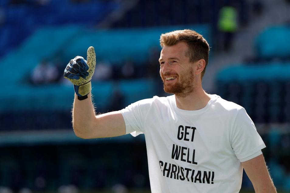 """Finnlands Torwart Lukas Hradecky von Bayer Leverkusen trägt vor dem Spiel gegen Russland ein T-Shirt mit der Aufschrift """"Get well Christian""""."""