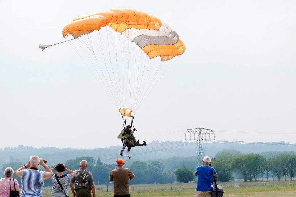Am Freitag landeten die ersten Tandemspringer auf einer Wiese in Niederau.