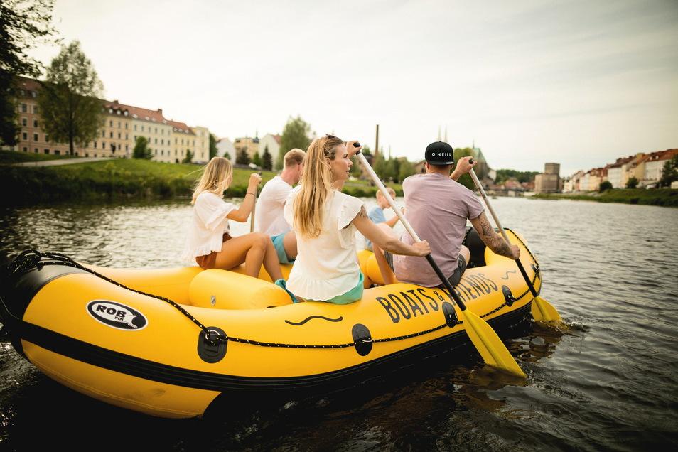 Mit 40 Booten ist Stefan Menzels Firma Boats & Friends auf der Neiße unterwegs.