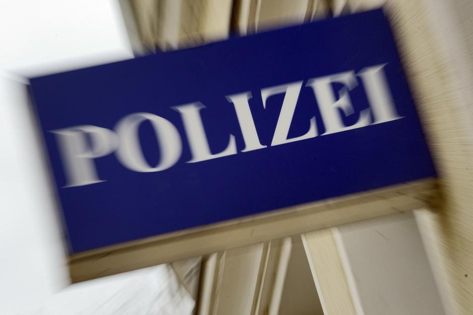 Die Polizei sucht nach einem Jungen, der in einem Wohngebiet in Dresden angefahren worden ist.