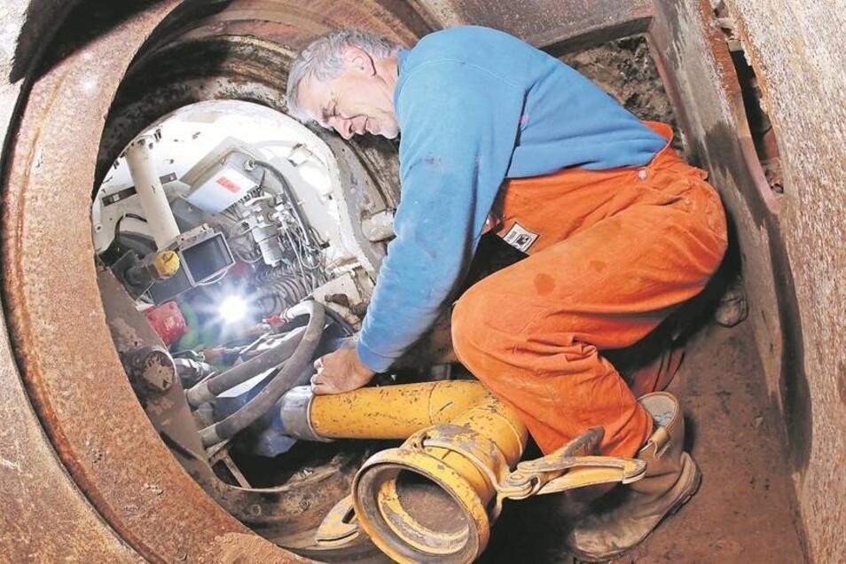 Für Spezialist Frank Schmidt sind die Tunnelarbeiten bereits Routine. Hier kontrolliert er die Rohranschlüsse in der riesigen Bohrmaschine. In sieben Meter Tiefe werden dann die großen Rohre für die Fernwärme verlegt. Fotos: Steffen Füssel (2)