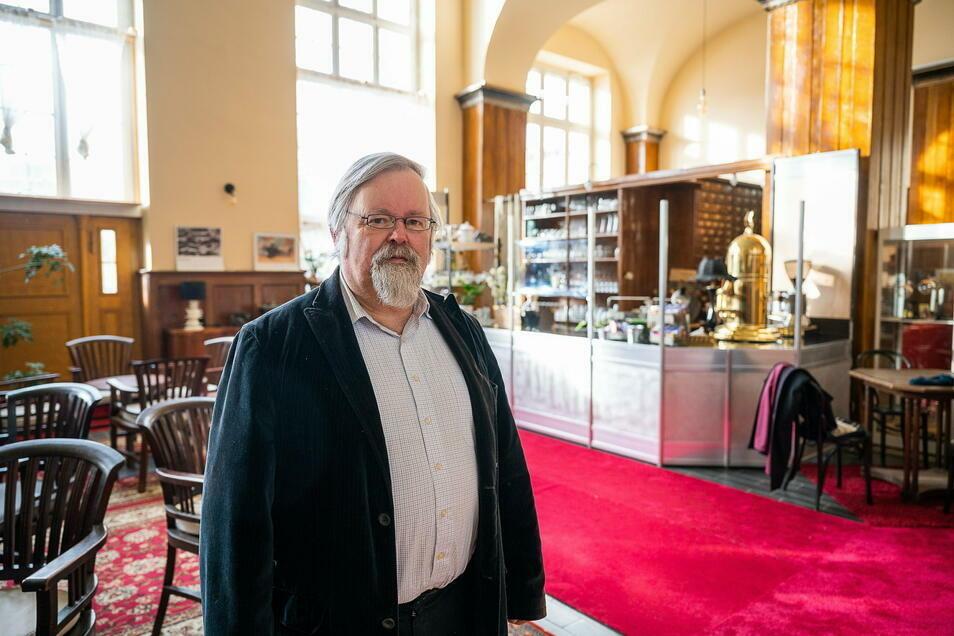 """Michael Prochnow moderiert im KulTourPunkt in den Räumen der ehemaligen Mitropa das Kulturmagazin """"Viadukte""""."""