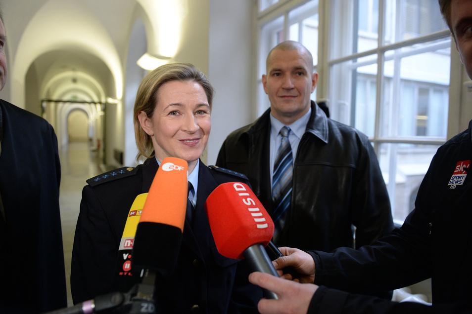 Ein weiterer Teilerfolg in einem ewigen Rechtsstreit: Claudia Pechstein gibt 2015 im Münchner Oberlandesgericht ein Fernsehinterview. Matthias Große bleibt im Hintergrund. Die Kammer nimmt ihre Schadenersatzklage gegen den Eislauf-Weltverband an. Es geht