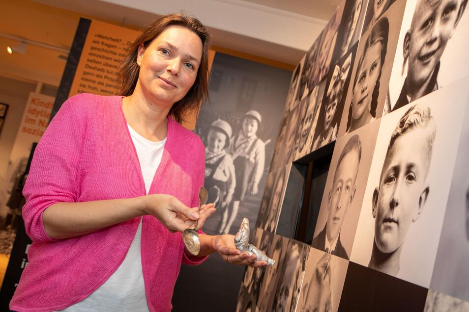 Projektleiterin Katrin Purtak mit geschmolzenem Besteck aus dem Copitzer Erbgericht: Auf einmal war der Krieg ganz nah.