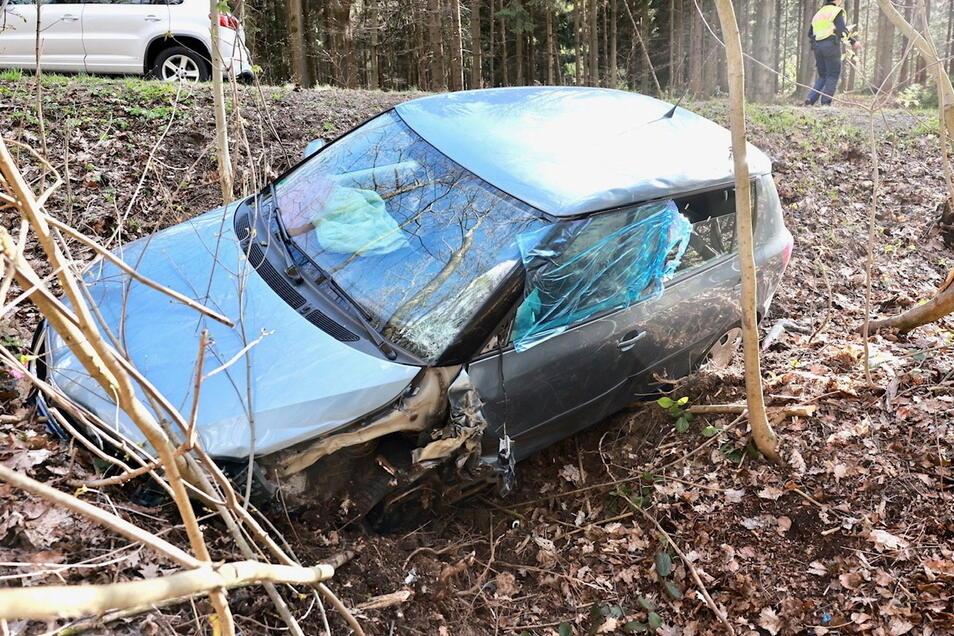 Die Fahrzeuge beider Unfall-Fahrer landeten im Straßengraben.