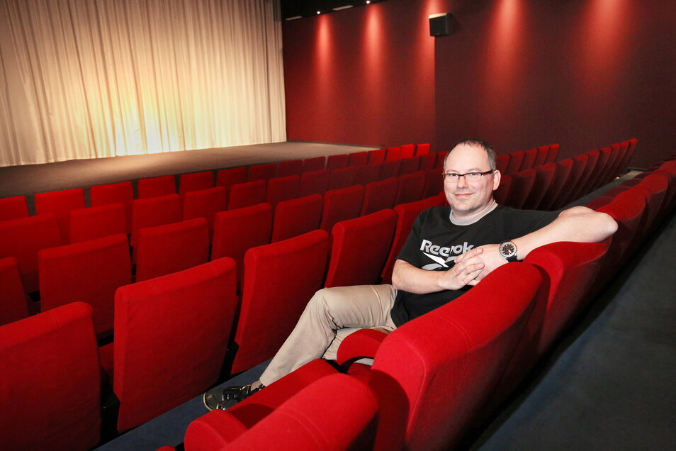 Kinobetreiber Mario Götze lehnt entspannt im großen Saal. Die Vorfreude auf den Neustart nach der Corona-Zwangspause ist groß.
