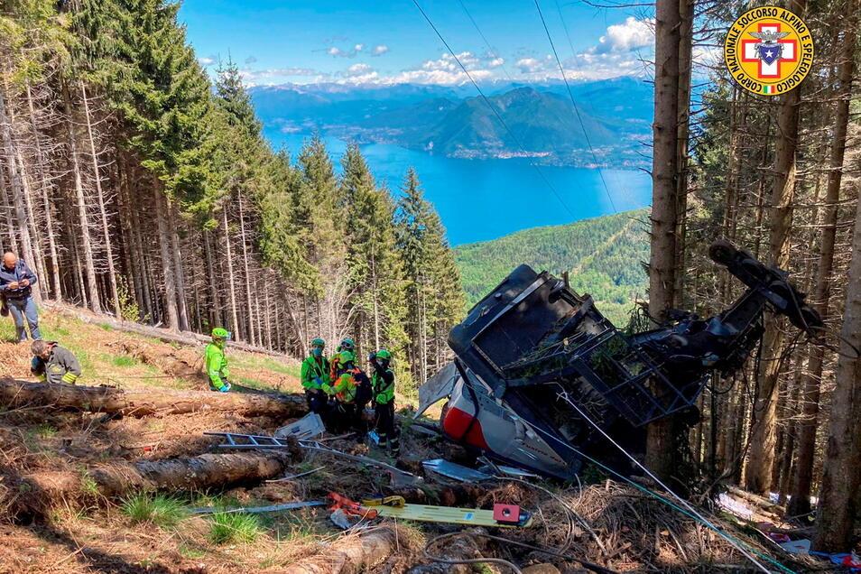 Retter arbeiten am Wrack der Gondel, die in der Nähe des Gipfels der Stresa-Mottarone-Linie in der Region Piemont abstürzt war.