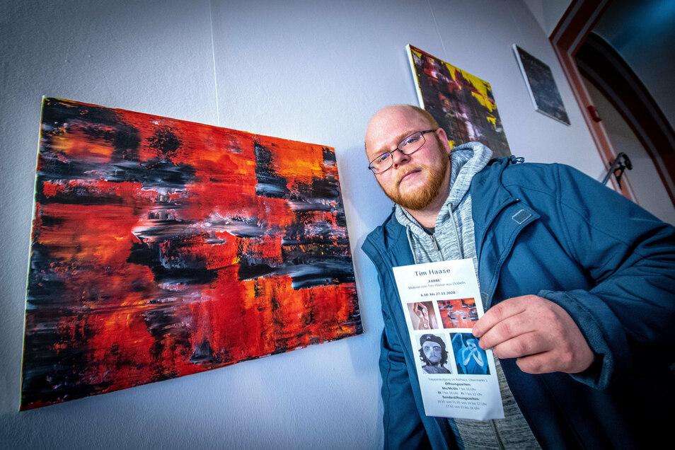 Der Döbelner Tim Haase zeigt 16 seiner Werke im Treppenaufgang des Döbelner Rathauses.