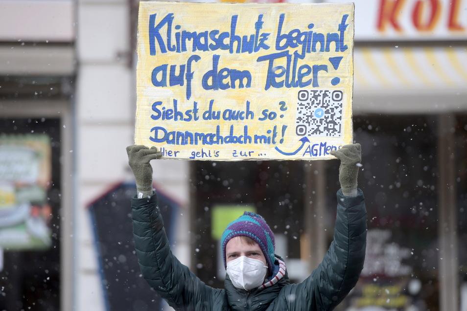 """""""Klimaschutz beginnt auf dem Teller"""" steht auf dem Plakat dieses Teilnehmers."""