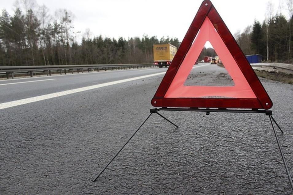 Symbolfoto mit Autobahn und Warndreieck.