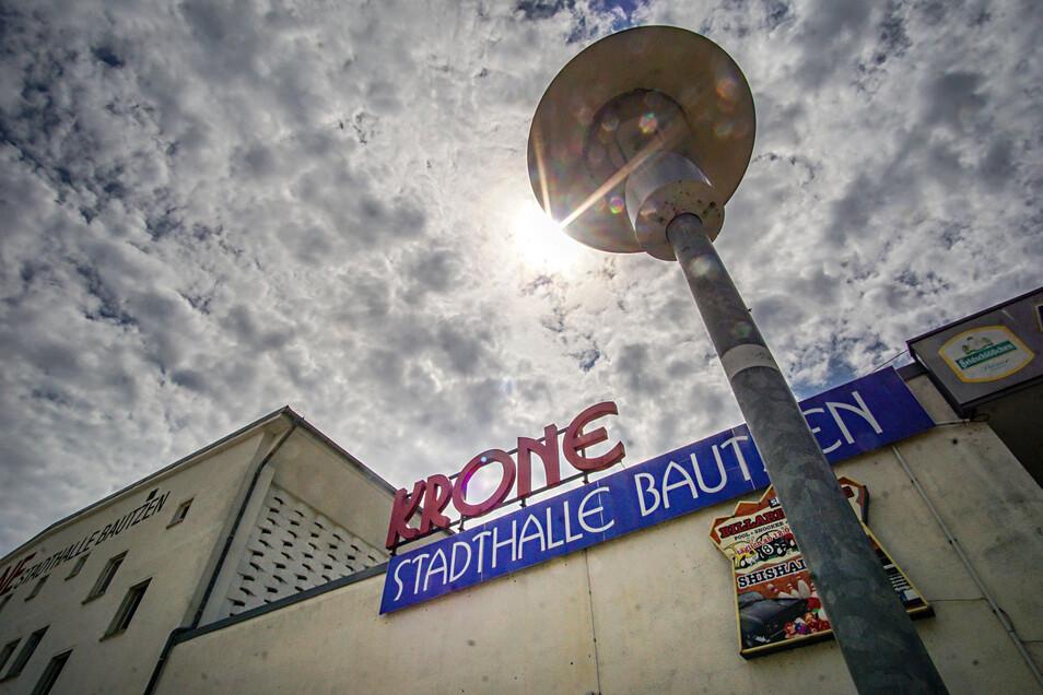 An der Bautzener Stadthalle Krone wird am Freitag ein Kran aufgestellt.