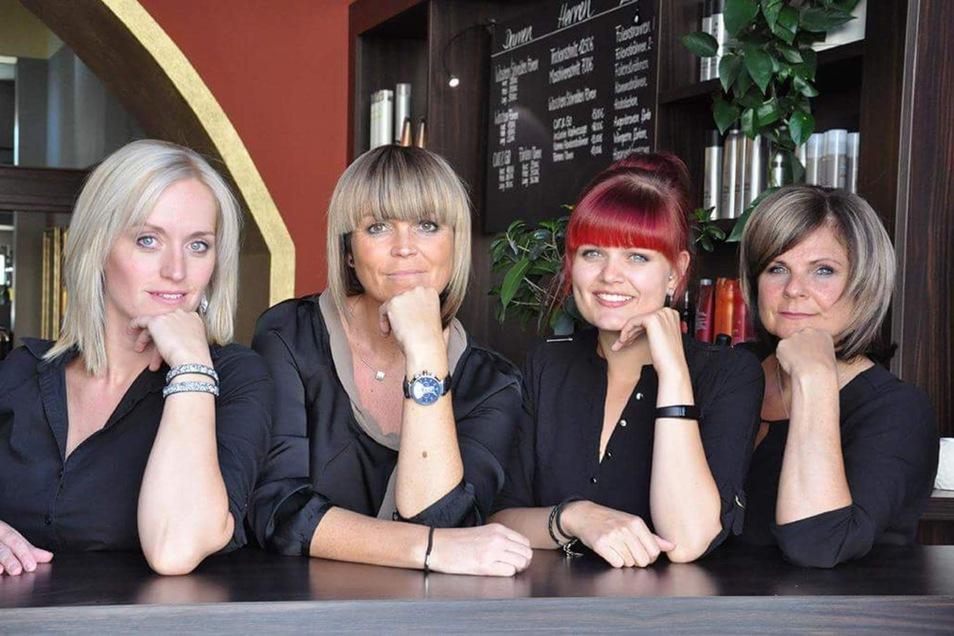 Kerstin Froneberg (Zweite von links) und ihre Mitarbeiterinnen im Salon auf dem Markt.