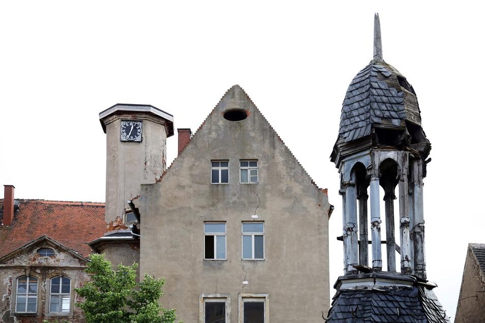 Die Turmhaube (rechts) ist vom Turm (links) heruntergenommen worden und soll restauriert werden.