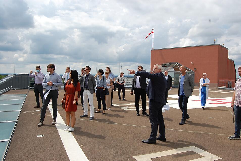Da geht's lang! Vom Dach des Seenland-Klinikums aus zeigte der Oberbürgermeister dem Besuch aus Dresden auch, wo genau der Scheibe-See zu finden ist.