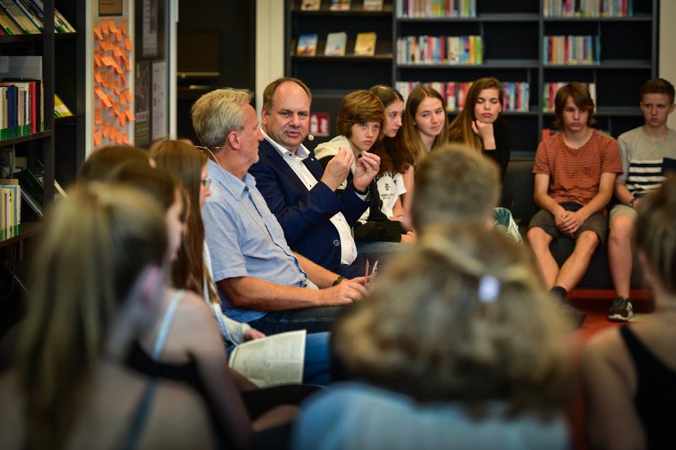Mehr als eineinhalb Stunden nimmt sich Oberbürgermeister Dirk Hilbert Zeit, um mit Schülern die wichtigsten Klimafragen zu diskutieren.