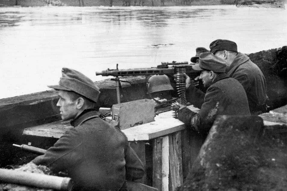"""Das allerletzte Aufgebot: Massenhaft wurden schlecht ausgebildete und miserabel ausgrüstete """"Volkssturmmänner"""" an Oder und Neiße postiert, um das Vordringen der Roten Armee zu stoppen."""