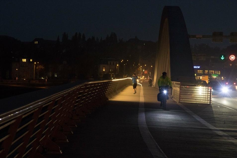 Düster sah es im Oktober 2016 am Fußweg der Waldschlößchenbrücke aus. Auf knapp 50 Metern strahlte keine der Leuchten, die in den Handläufen montiert sind.