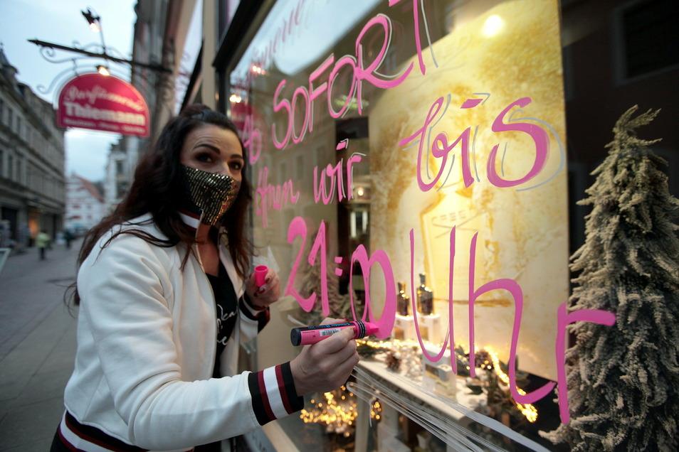 Kelly Beier von der Parfümerie Thiemann in Pirna öffnet das Geschäft in der Schuhgasse länger.
