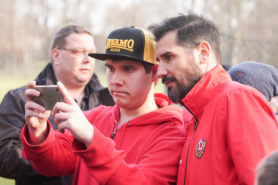 Ein Selfie mit dem Trainer ist bei den Dynamo-Fans sehr beliebt.