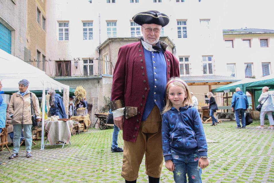 1813 hatte der Bürgermeister Carl Gottfried Selle, dargestellt von Albrecht Bergmann, das Sagen in der Zschopaustadt. Die kleine Tilda lässt sich zwischen Handwerker- und Imbissständen gern mit dem Stadtoberhaupt fotografieren.