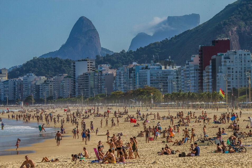 Rio, MItte Juli: Die Menschen im Stadtviertel Praia do Leme missachten die Maßnahmen gegen die Ausbreitung des Coronavirus - und halten sich am Strand auf.