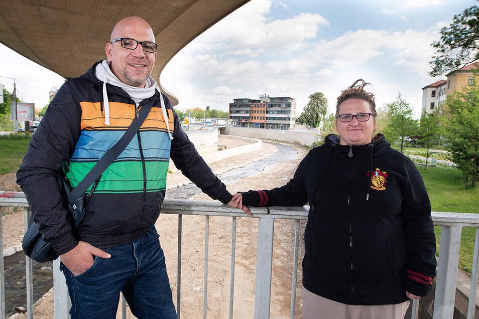 Die Anwohner Dennis und Stefanie Pickelhaupt freuen sich, dass jetzt auch der Weißeritzknick flutsicher ausgebaut ist.
