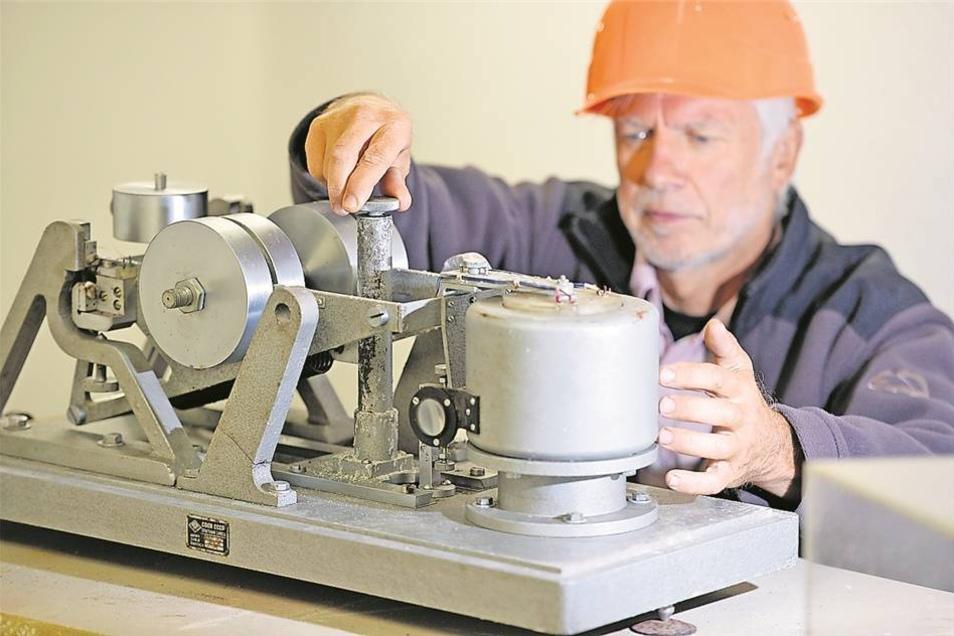 Dieses Seismometer sowjetischen Ursprungs gehörte 1960 zur Erstausstattung des Berggießhübeler Observatoriums. 1993 wurde die Technik modernisiert. 2012 erfasste die Messstelle 4.351 regionale und globale Erdbeben sowie 3.666 Explosionen.