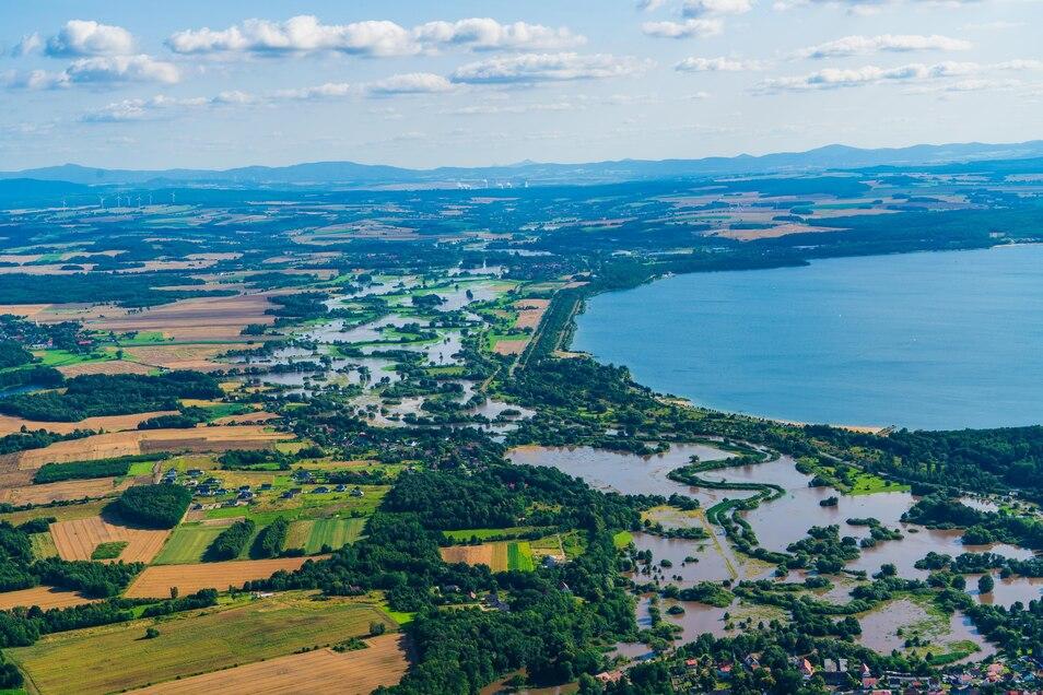 Das war knapp: Dieses Bild ergab sich am Sonntagnachmittag an der Neiße, vorn ist der Stadtteil Weinhübel, rechts der Berzdorfer See zu erkennen.